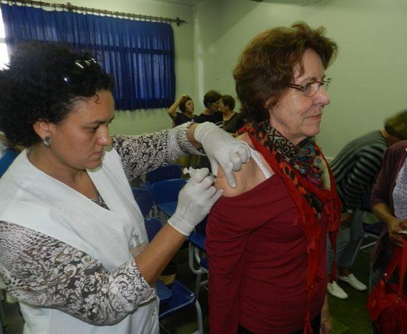 19/04/2013 – Alunas da Faculdade de 3ª Idade da Fatep recebem vacina contra a gripe