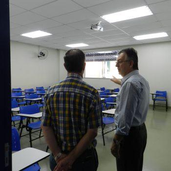 Foto 1 - Diretor Marcos Antonio de Lima apresenta as instalações da Fatep Piracicaba ao prefeito Barjas Negri
